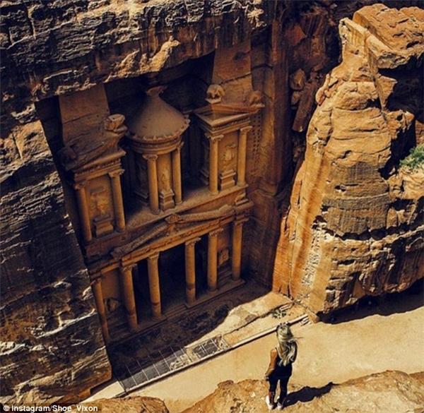 Một mình đối diện di tích Petra ở Jordan, Thổ Nhĩ Kỳ, chỉ ngắm nhìn vẻ đẹp của nó thôi, không bận tâm đến thế giới nữa. (Ảnh: Shoe Vixon)