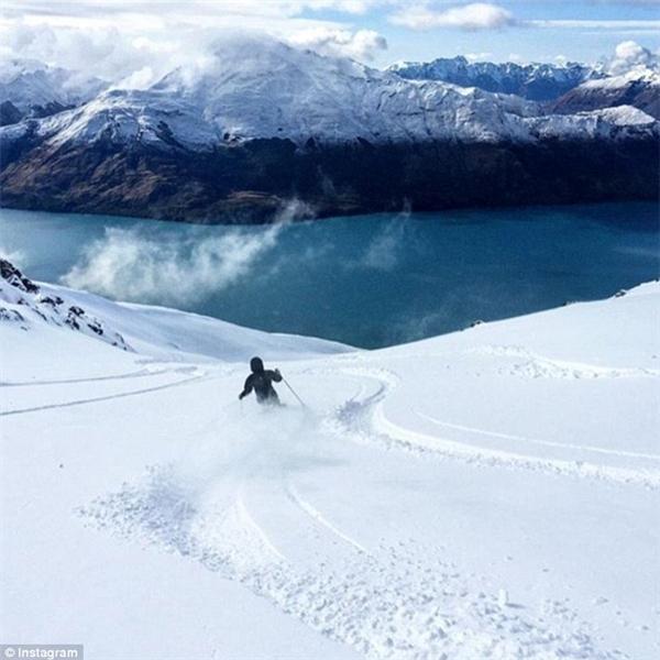 Tự tin không nao núng trượt tuyết, để lại những lằn ván uốn lượn đẹp mắt dĩ nhiên cũng không phải là chuyện không tưởng... (Ảnh: Instagram)