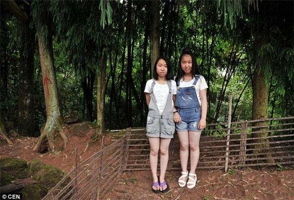 Một cặp sinh đôi của làng Thanh Viễn trên đỉnh núi Trùng Khánh.(Ảnh: CEN)
