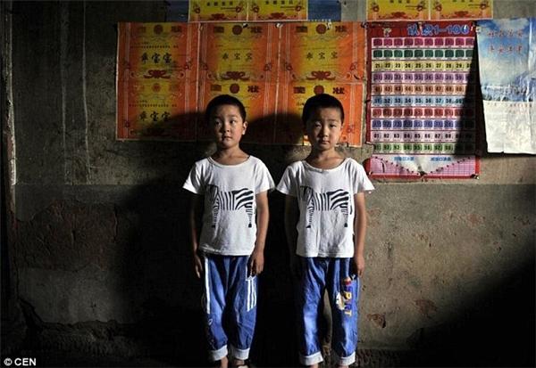 Người ta có thể dễ dàng tìm thấy ít nhất một cặp song sinh trong mỗi lớp ở trường làng.(Ảnh: CEN)