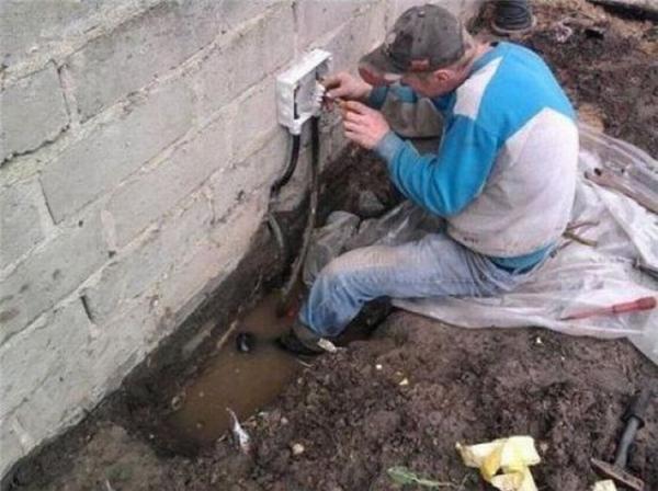 Đây chính là hệ quả của việc thuê thợ sửa ống nước đi sửa điện nhé.