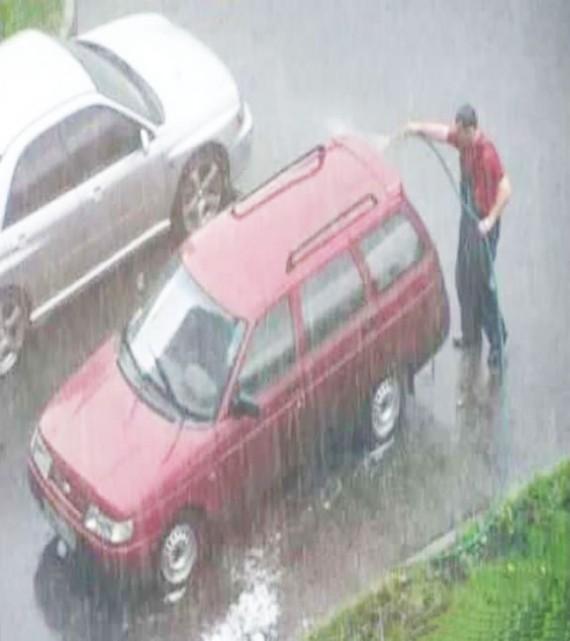 Nước mưa xem vậy chứ bẩn lắm, phải rửa xe cho sạch nước mưa nè.