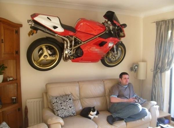 Xe mô-tô hầm hố là để lái ra đường chứ sao lại... treo nguyên con trên tường thế kia?