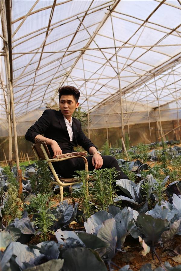 Những cảnh quay trong MV Ngoài anh ra không còn ai khác đâuđược thực hiện tại Đà Lạt, không chỉ là thành phố ngàn hoa mà nơi đây còn nổi tiếng với những câu chuyện kinh dị.