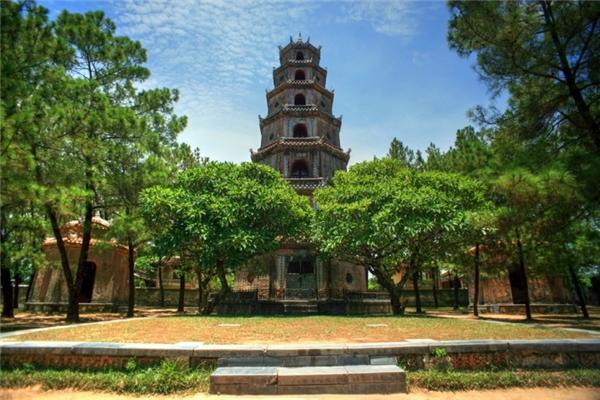 """Du lịch Việt Nam - 10 công trình kiến trúc tâm linh độc đáo """"hớp hồn""""  khách du lịch"""