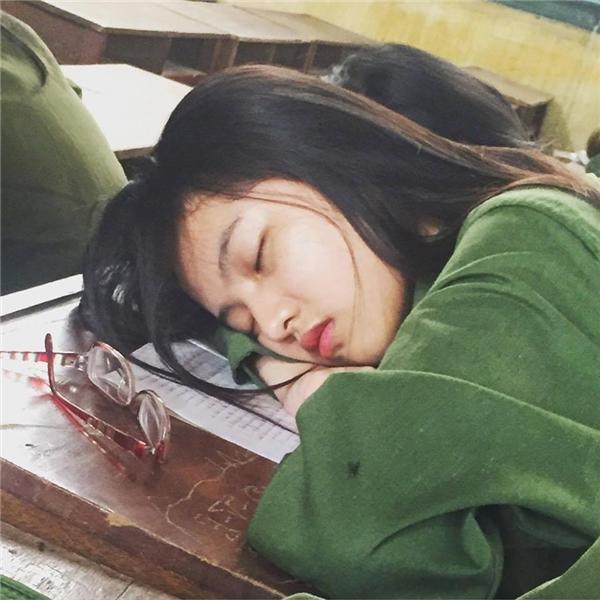 Cận cảnh khuôn mặt xinh xắn ngay cả khi ngủ gật của cô nàng 9x. (Ảnh: Internet)