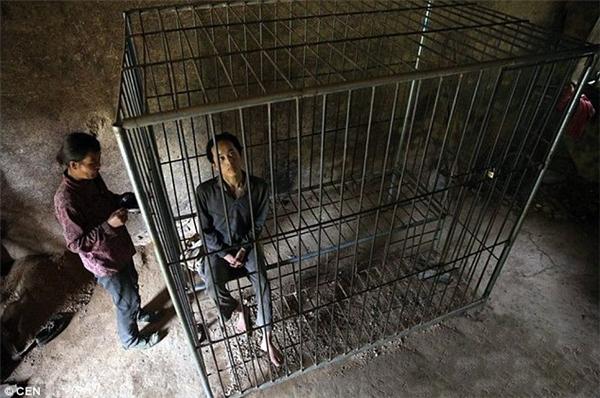 Yin Xinzhao (19 tuổi) bị gia đình nhốt vào chiếc lồng sắt cũ kĩ bởi căn bệnh tâm thần phân liệt. (Ảnh CEN)