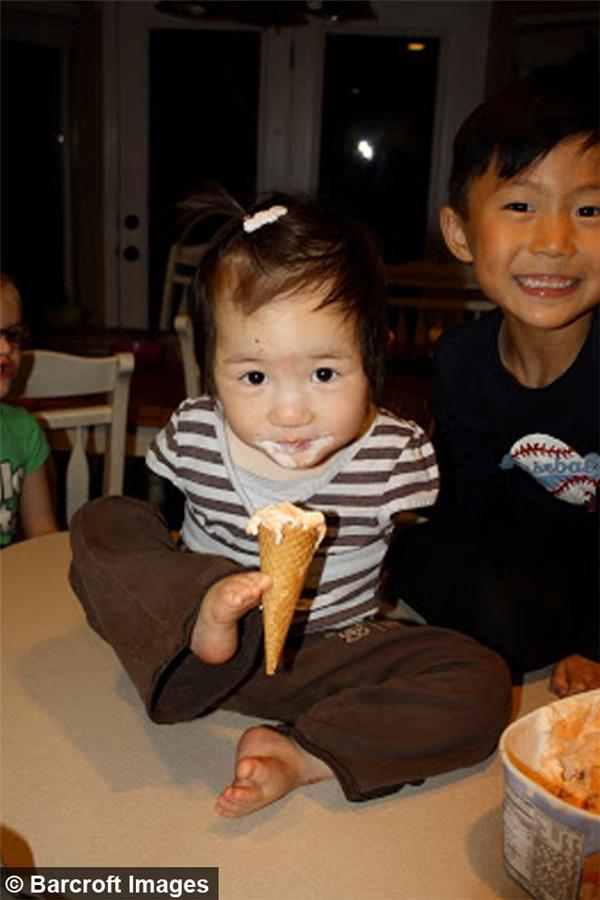 Cảnh Sophie ăn kem trong lần đầu trông thấy của ba mẹ nuôi.