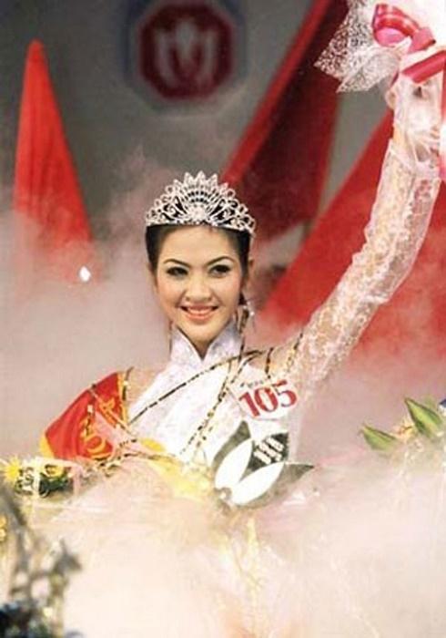 Năm 2000, Phan Thu Ngân đăng quang Hoa hậu Việt Nam mở ra một thời kì mới cho nhan sắc Việt. Tuy nhiên, cô không dấn thân vào làng giải trí mà quay về tập trung cho việc học tập, lo cuộc sống cá nhân. Thời khắc đăng quang, Phan Thu Ngân diện áo dài trắng tinh khôi nhẹ nhàng.