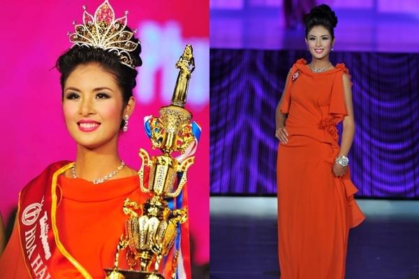 Sắc đỏ tiếp tục là lựa chọn của Ngọc Hân trong đêm chung kết Hoa hậu Việt Nam 2010. Bộ váy sử dụng cấu trúc bất đối xứng với điểm nhấn ở thắt eo.