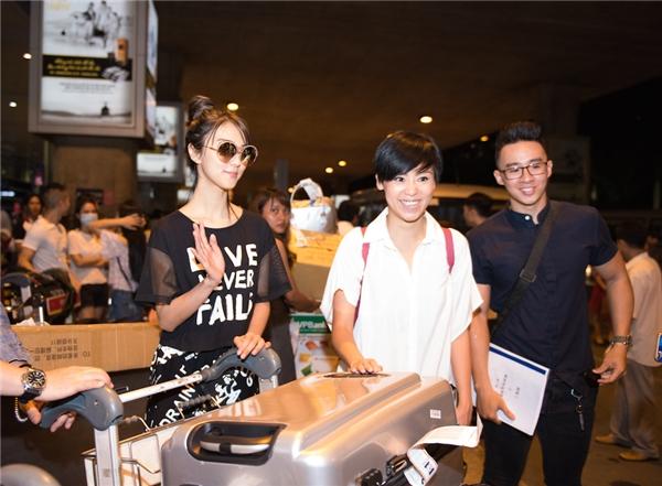 Người đẹp thân thiện vẫy tay chào các fan Việt.