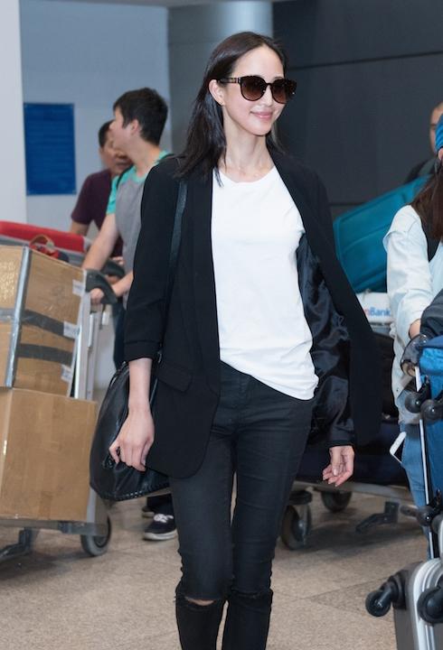 Trương Quân Ninhxuất hiện xinh đẹp và rạng rỡ tại sân bay