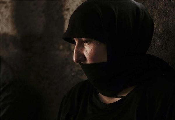 Một người phụ nữ Yazidi có chồng bị giết hại và con gái bị bắt cóc làm nô lệ phục vụ các chủ nhân trong cuộc mua bán.