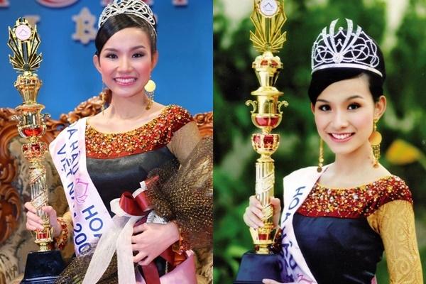 Áo dài cổ thuyền cách điệu là trang phục của Thùy Lâm lúc đội vương miện Hoa hậu Hoàn vũ Việt Nam 2008.