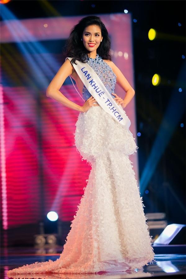 Lan Khuê ngọt ngào, gợi cảm với váy cổ yếm kết hợp hai tông màu trắng, xanh trẻ trung trong đêm chung kết Hoa khôi Áo dài Việt Nam 2014.