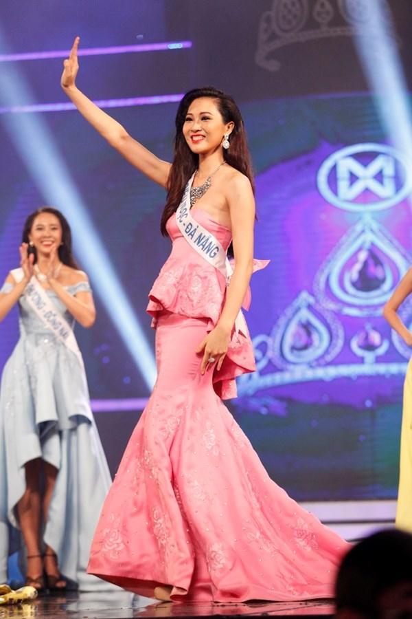 Dù có giá khoảng 400 triệu (do nhà thiết kế chia sẻ) nhưng bộ váy của Diệu Ngọc trong đêm chung kết Hoa khôi Áo dài Việt Nam 2016 vừa qua lại không được đánh giá cao. Bộ váy lấy sắc hồng làm chủ đạo kết hợp họa tiết hoa thêu tay, đính kết.