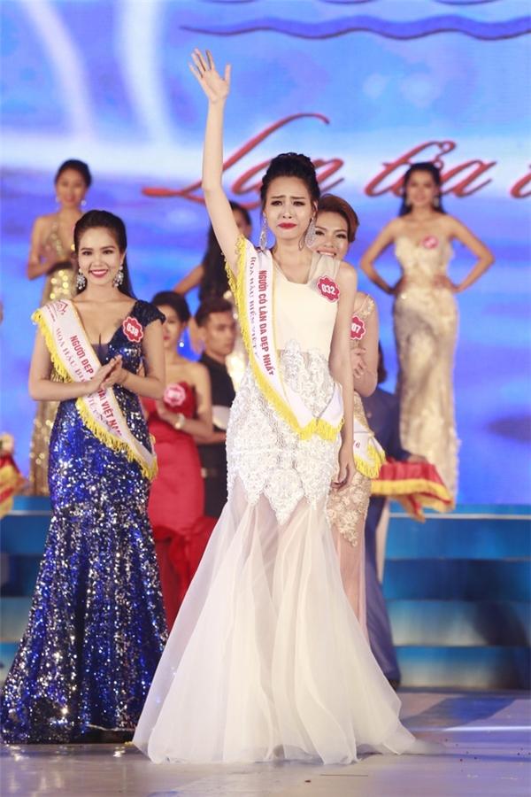 Váy dạ hội của Hoa hậu Biển Việt Nam 2016 Thùy Trang có màu trắng nhẹ nhàng, thanh thoát nhưng vô cùng gợi cảm.