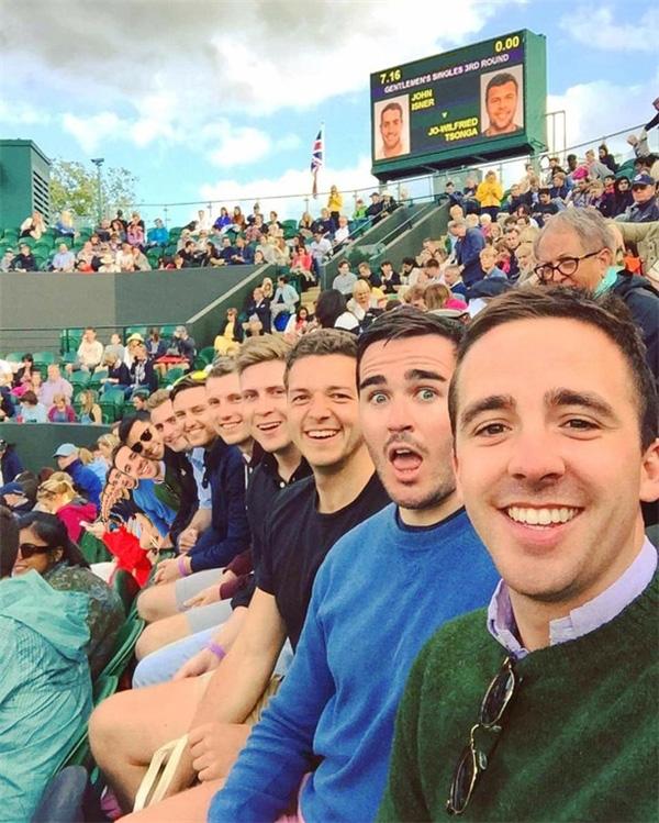 Thực ra dàn trai đẹp selfie này phải dài đến hàng dặm cơ.