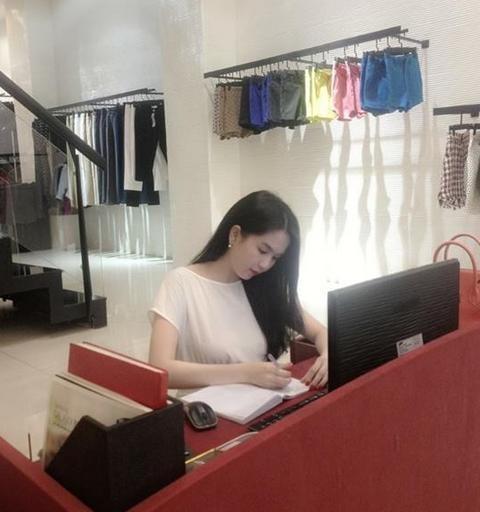 Ngọc Trinh là bà chủ tận tụy với công việc, khi buổi tối chủ nhật- thời điểm mọi người thưởng ở nhà nghỉ ngơi, thư giãn, nhưng người đẹp vẫn miệt mài làm việc tại cửa hàng. - Tin sao Viet - Tin tuc sao Viet - Scandal sao Viet - Tin tuc cua Sao - Tin cua Sao