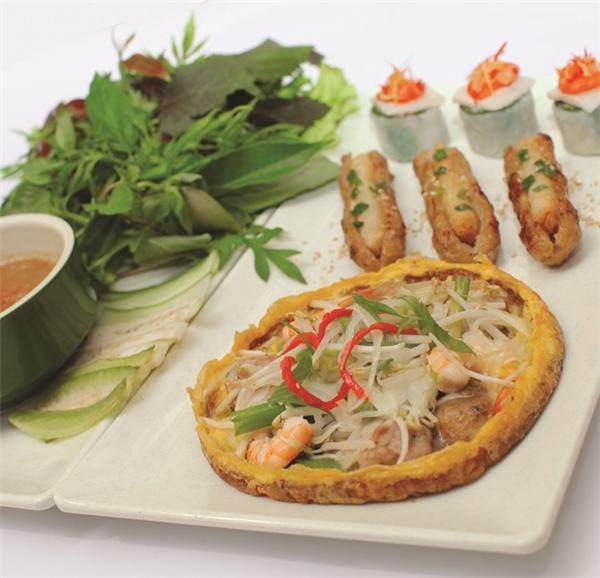 Bánh khoái thường được ăn kèm với đủ loại rau sống, chuối chát v.v... (Ảnh: Internet)