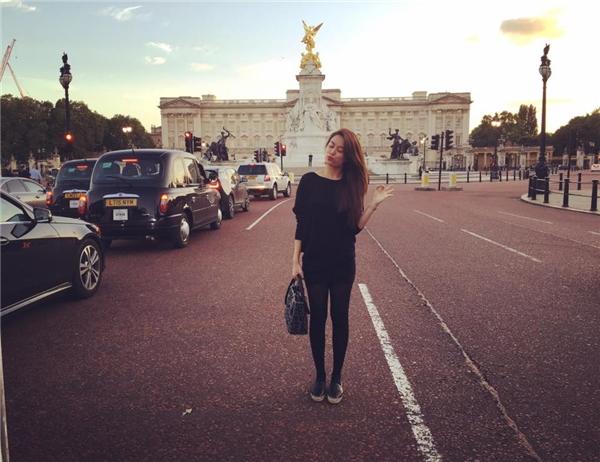 Do thời tiết tại Luân Đôn se se lạnh nên Hoàng Thùy Linh đã lựa chọn tất dài cùng tông màu là người bạn đồng hành thân thiết.