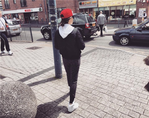 Mĩ nhân V-biz tự tin sải bước khoe street style trẻ trung trên đường phố Luân Đôn.