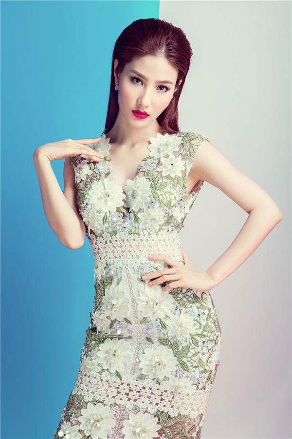 Đặc biệt, khi diện chiếc váy ren với đường xẻ sâu tận eo phóng khoáng đã bất ngờ giúp người đẹp khoe khéo vòng một gợi cảm.