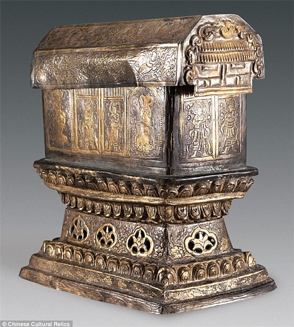 Chiếc tráp bạc có khắc hình ảnh các vị thần canh gác, chim phượng hoàng, hoa sen...(Ảnh: Tạp chí Di sản văn hóa Trung Quốc)