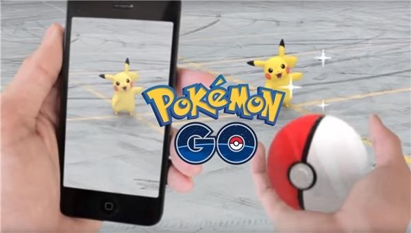 Đi bắt Pokémon GO bằng điện thoại. (Ảnh: internet)
