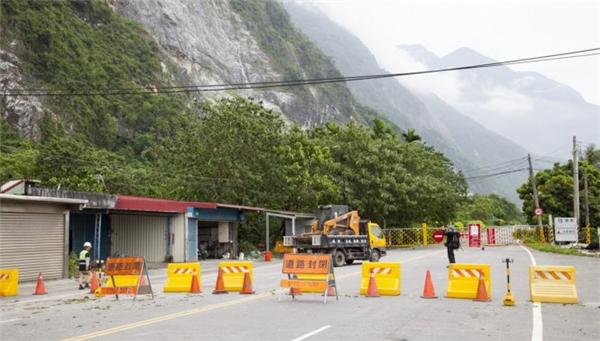 Đường đi bị chặn để phòng chống thiệt hại của siêu bão.