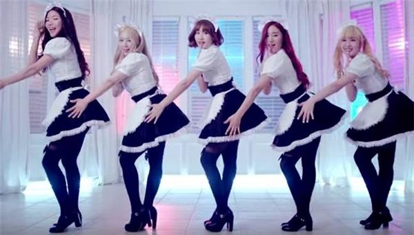5 cô gái của VIVIDIVA mặc đồng phục hầu gái, đi giày cao gót nhảy gợi cảm trong MV ra mắt Service. Tuy nhiên, nhóm đã tan rã chỉ sau 1 năm hoạt động.