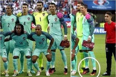 """Ronaldo nhón chân để """"ăn gian"""" chiều cao. (Ảnh: internet)"""