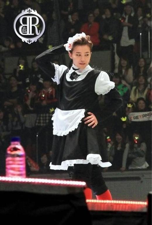 G-Dragon của Big Bang cũng chiều fan khi khoác lên bộ đồ này và tạo dáng gợi cảm.