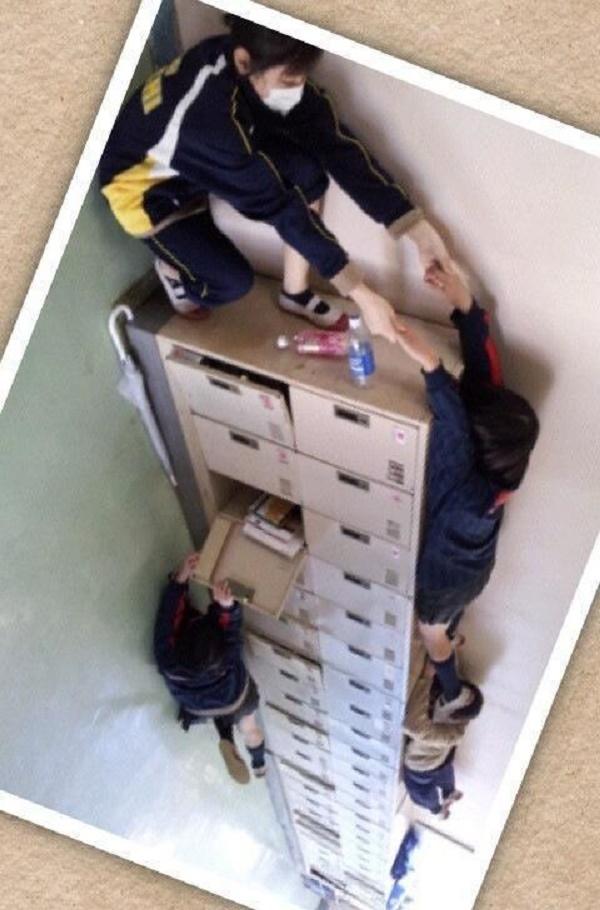 """Trường nào lại """"dựng đứng"""" tủ khóa lên làm khổ học sinh thế này?"""