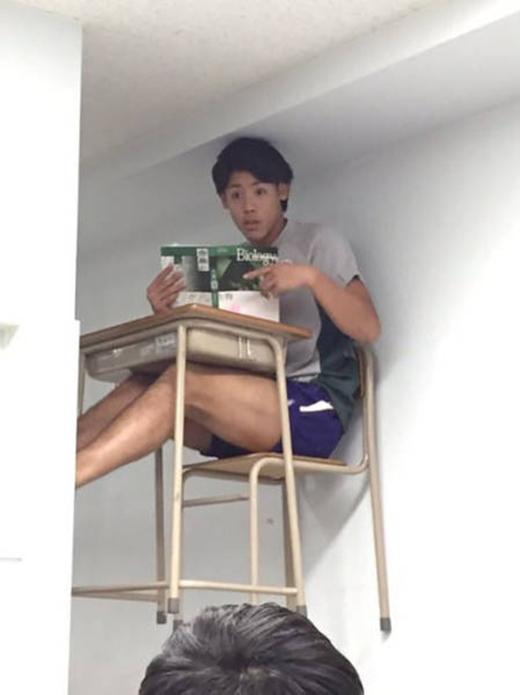 Học sinh cá biệt của lớp, phải leo lên tường ngồi mới chịu.