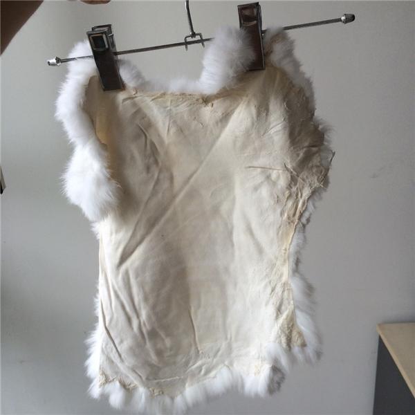 Những tấm da thỏ sau khi lột xong sẽ được bán cho những xưởng may để làm áo khoác. (Ảnh: Internet)