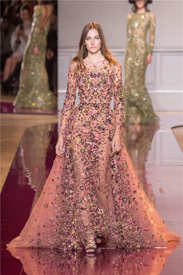 Zuhair Murad vận dụng nhiều gam màu nổi bật vào trong bộ sưu tập lần này như: đỏ, vàng kim, xanh biển, xanh tím, lá mạ,… Ren, lưới, sequins vẫn là những chất liệu quen thuộc được sử dụng.