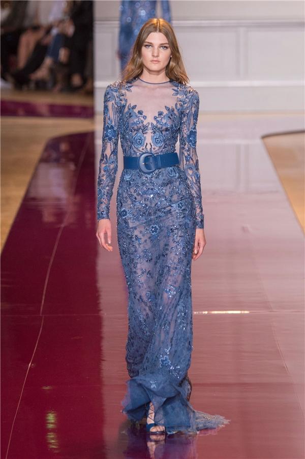 Trong hơn 50 thiết kế, Zuhair Murad thổi hồn cho những bộ váyvới chất liệu xuyên thấu kết hợp chi tiết đính kết kì công. Các thiết kế đều dễ dàng gây ấn tượng ngay từ cái nhìn đầu tiên.