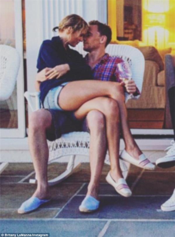 Những ngày vừa qua Taylor vẫn đang tung tăng du lịch nhiều nơi cùng Tom và những cử chỉ âu yếm cả hai dành cho nhau vẫn chưa có dấu hiệu dừng lại. (Ảnh: Britany LaManna)