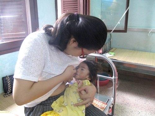 Tin bất ngờ về bé gái 14 tháng chỉ nặng 3,5kg vì bố không biết chăm