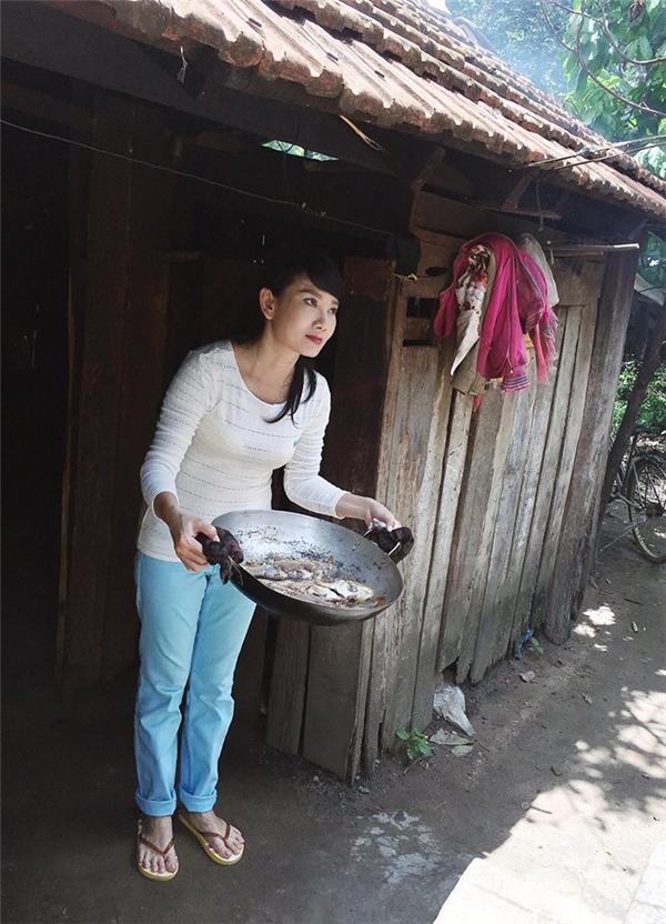 Nữ diễn viên Mỹ Uyên cũng hết lòng vì các em nhỏ như Angela Phương Trinh. - Tin sao Viet - Tin tuc sao Viet - Scandal sao Viet - Tin tuc cua Sao - Tin cua Sao