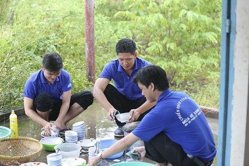 Là đàn ông nhưng nam MC Bình Minh không ngần ngại xắn tay áo, phụ các bạn sinh viên tình nguyện rửa chén sau giờ ăn trưa. - Tin sao Viet - Tin tuc sao Viet - Scandal sao Viet - Tin tuc cua Sao - Tin cua Sao