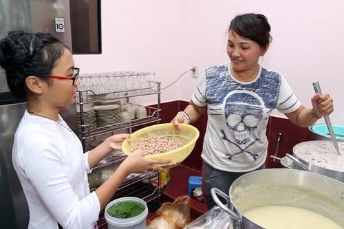 Sau giờ học, Phương Mỹ Chi thường phụ mẹ nấu chè và đi bán hàng để kiếm thêm thu nhập cho gia đình. - Tin sao Viet - Tin tuc sao Viet - Scandal sao Viet - Tin tuc cua Sao - Tin cua Sao