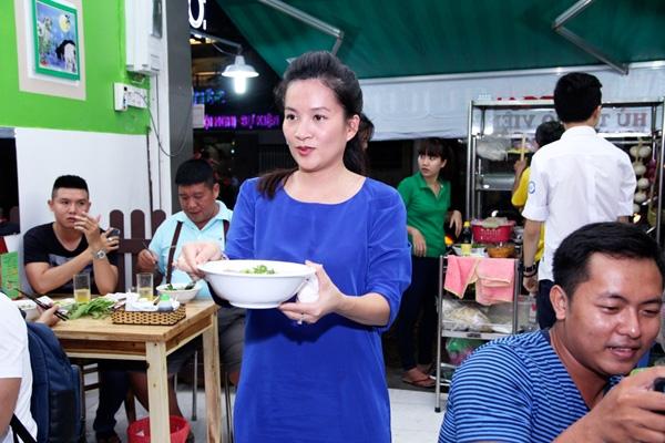 Là một doanh nhân thành đạt và có địa vị xã hội, nữ giám đốc Anh Thơ -bà xã Bình Minh vẫn hết lòngphụ chồng chăm sóc thực khách. - Tin sao Viet - Tin tuc sao Viet - Scandal sao Viet - Tin tuc cua Sao - Tin cua Sao
