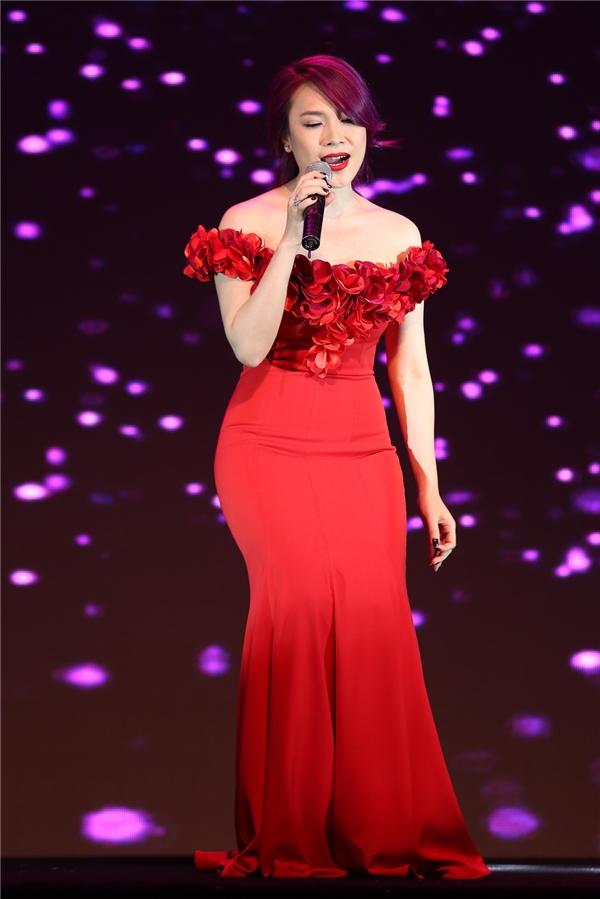 Tối qua (6/7), Mỹ Tâm tham gia đêm tiệc ra mắt một sản phẩm công nghệ do chính cô đang làm đại diện hình ảnh tại Việt Nam. Nữ ca sĩ xuất hiện lộng lẫy khi diện bộ váy có tông màu đỏ rực, bắt mắt. Mái tóc màu tím tương phản càng giúp nữ ca sĩ trông lạ mắt hơn.