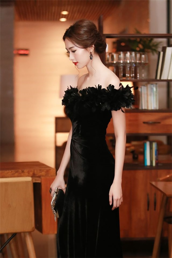 Chia sẻ về bộ váy tối qua, phía Mỹ Tâm cho biết đây là thiết kế do công ty cô thực hiện riêng. Trong khi đó, trang phục của Hoa hậu Thu Thảo thuộc về nhà thiết kế Lê Thanh Hòa.