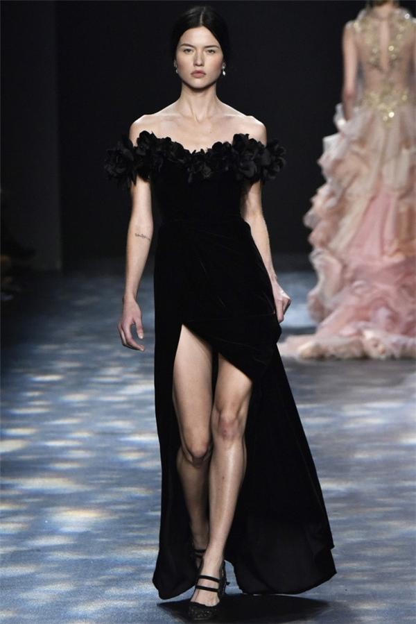 Bộ váy đen của Thu Thảo từng khiến cô rơi vào lùm xùm mặc váy nhái bởi thiết kế bị nhận ra giống đến 90% thiết kế của nhà mốt danh tiếng Marchesa. Đây cũng là lần đầu tiên người đẹp 25 tuổi gặp sự cố với váy áo khi tham gia sự kiện.