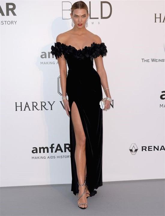 Bộ váy gốc của thương hiệu Marchesa từng được cựu thiên thần nội y Karlie Kloss diện trên thảm đỏ Cannes 2016 vào trung tuần tháng 5 vừa qua.
