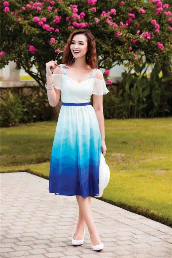 Váy xòe cổ điển được tạo điểm nhấn bằng chi tiết xẻ vai - xu hướng thời trang đang lên ngôi trong mùa hè năm nay. Chất liệu voan lụa mềm mại không chỉ tôn lên nét điệu đà, nữ tính mà còn mang đến cảm giác nhẹ nhàng, thoải mái cho các cô gái.