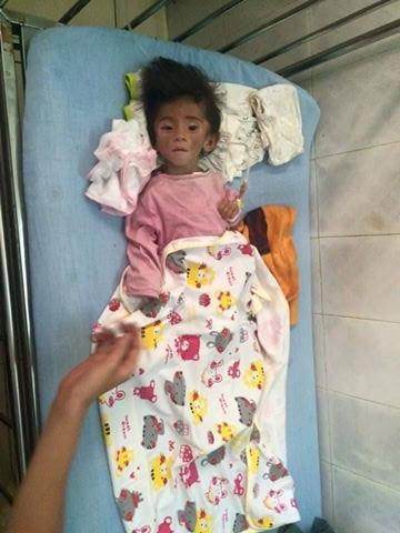 Những ngày qua, sau khi biết tin bé gái Thào Thị Yến Nhi (14 tháng tuổi, nặng 3,5kg, người dân tộc H'Mông, ở Lào Cai) bị suy dinh dưỡng nặng do mẹ bị mất tích, bố không biết chăm sóc,hoàn cảnh gia đình đặc biệt khó khăn, nhiều người tốt bụng đã hết lòng giúp đỡ cô bé tội nghiệp này. Ảnh: Internet